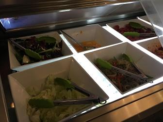 プライオリティパスで入れる韓国仁川空港のMATINAラウンジブッフェのサラダコーナー