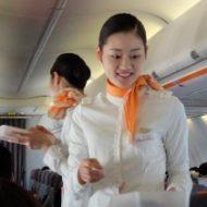 韓国のLCC「チェジュ航空」の機内でサービスをするCA