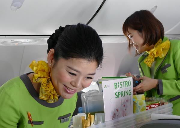 春秋航空日本の武漢行き初便に乗務する客室乗務員