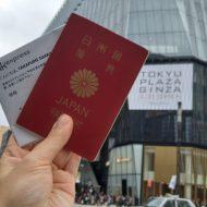 空港型免税店のロッテ免税店が入る東急プラザ銀座と日本のパスポートとLCCの搭乗券