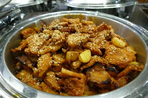 無料ブッフェの韓国風豚肉