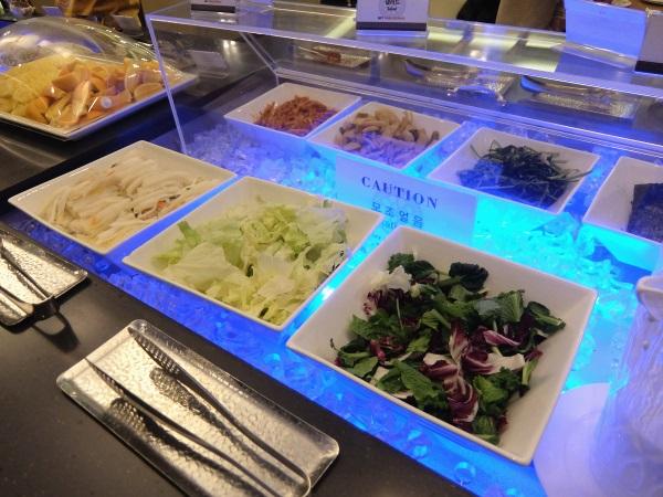 韓国仁川国際空港のSKYHUBラウンジの無料ブッフェのサラダ