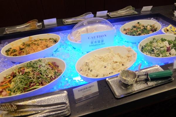 韓国仁川国際空港のSKYHUBラウンジの無料ブッフェのサラダその2