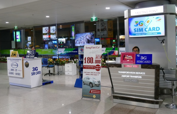 タンソンニャット国際空港の到着ロビーでプリペイドSIMを販売