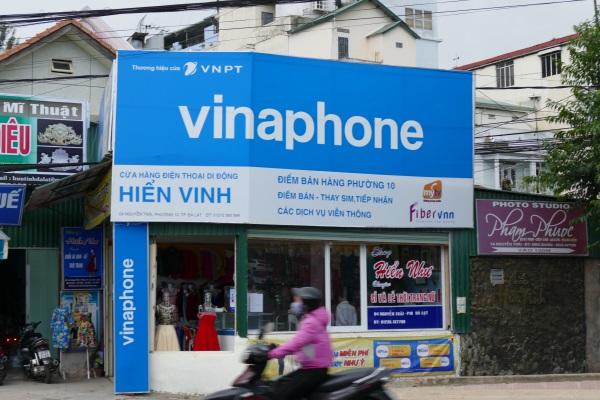 ベトナムの街中にあるvinaphoneの広告