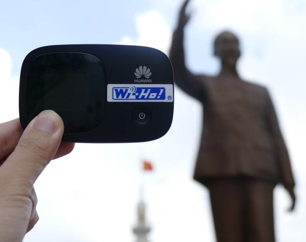 ワイホーのベトナム用ルーターと故ホー・チ・ミン主席の銅像