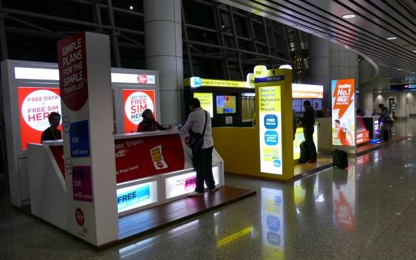 クアラルンプール国際空港(KLIA)の到着エリアにあるプリペイドSIMの販売店