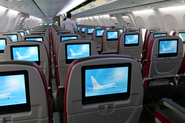 全席液晶モニター付きのLCC「マリンドエア」のB737-800型機の機内