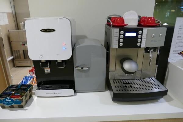 「THE HAVEN」のコーヒーマシーンとお湯のサーバー