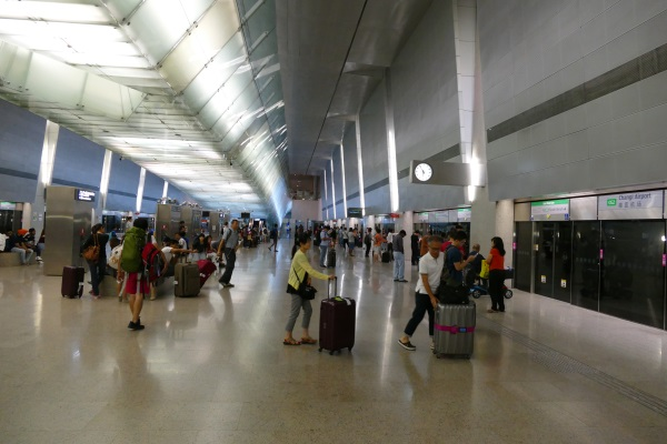 MRTの始発は月~土曜日は午前5時半すぎ、日・祝日は午前6時前