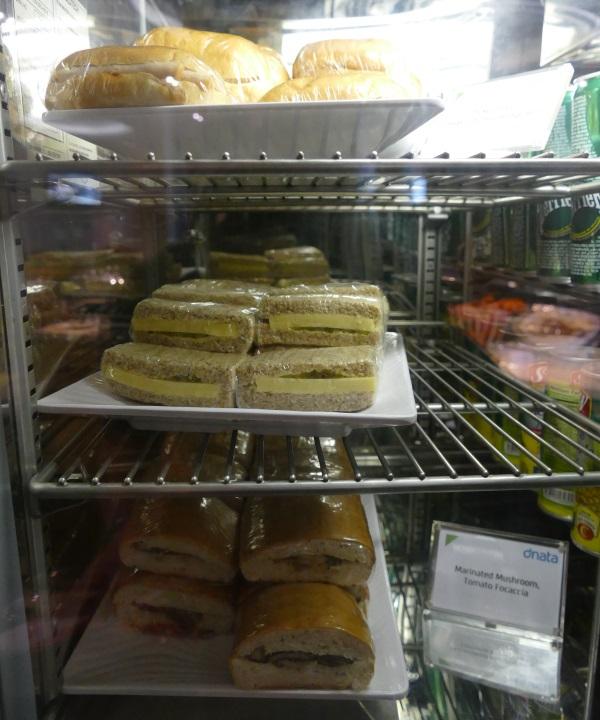 Dnataラウンジはサンドイッチの種類が豊富だった