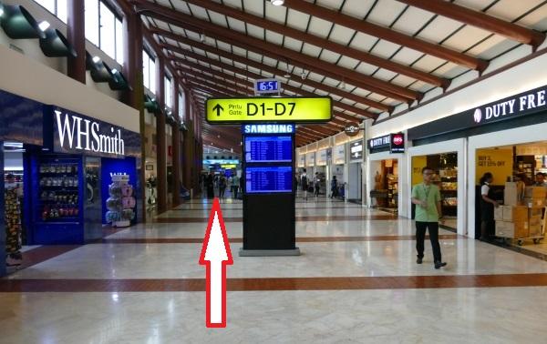 スカルノハッタ国際空港第2ターミナルのプライオリティパスのラウンジはD1-D7ゲートの看板に従ってまっすぐ進む