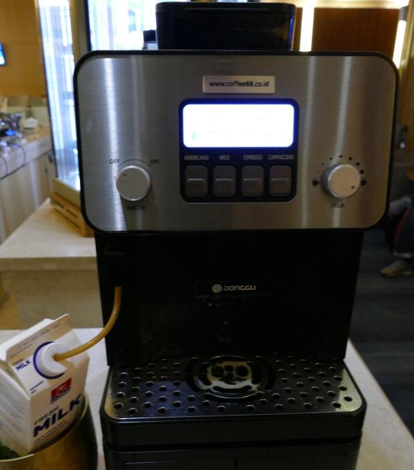 「PREMIER LOUNGE」のドリンクコーナーのコーヒーマシーン