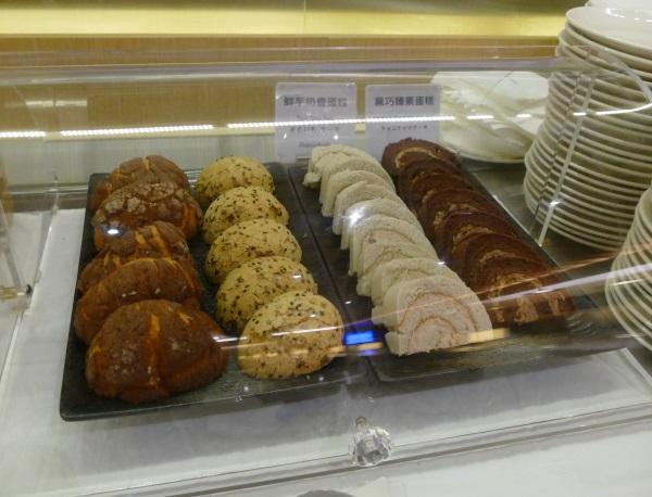 パンやロールケーキもある