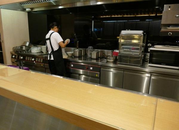 ラウンジの正面奥にキッチンカウンター