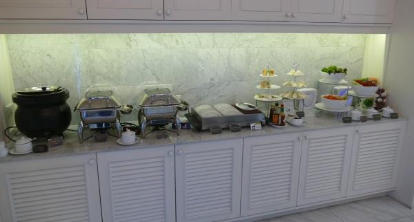 ドンムアン空港国内線エリアでプライオリティパスが使えるコーラルラウンジの料理のコーナー