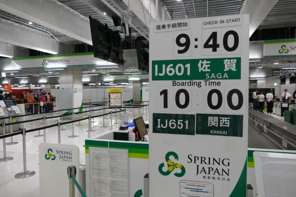 成田3タミの春秋航空日本のチェックインカウンターに「関西」行きの表示