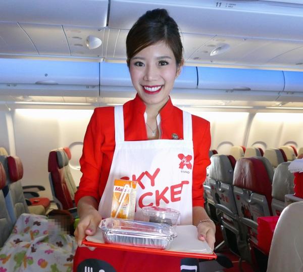 笑顔で接客するタイエアアジアXの客室乗務員