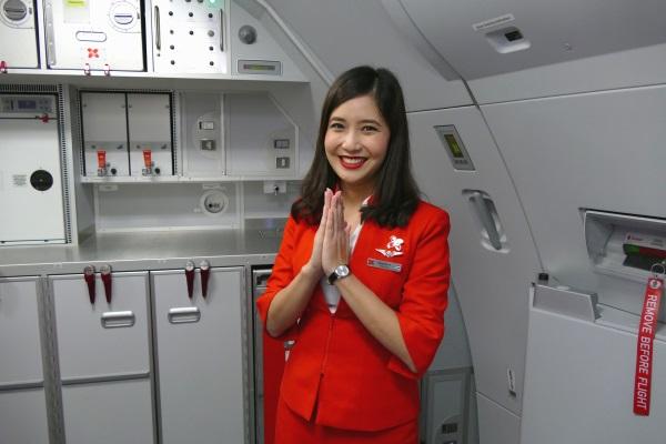 タイエアアジアXの客室乗務員はタイのあいさつ「ワイ」でお別れ