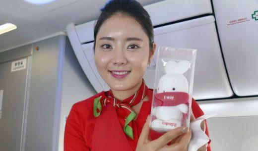 韓国のLCC「ティーウェイ航空」の成田~テグ初便の客室乗務員とマスコットキャラクターのBootoのぬいぐるみ