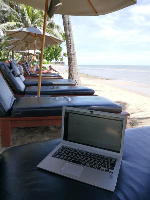 「アナンタラ・ホアヒン・リゾート&スパ」のプライベートビーチにて