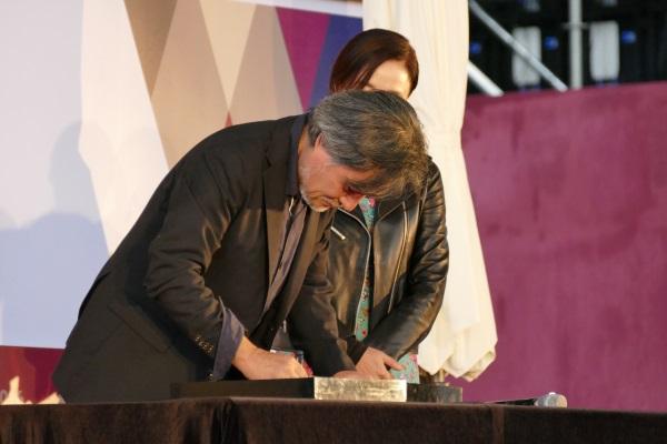 黒沢清監督が手形とサインを行う