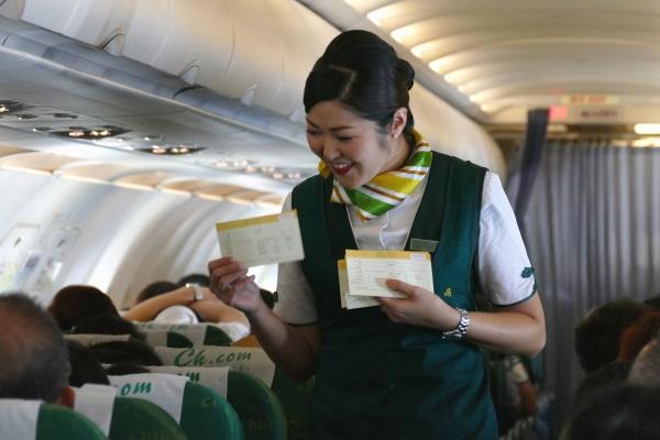 機内で笑顔で接客する春秋航空の日本人CA