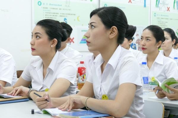 上海にある春秋航空の訓練センターで授業を受ける客室乗務員