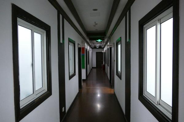 経費削減とエコで廊下の無駄な照明をカットしている