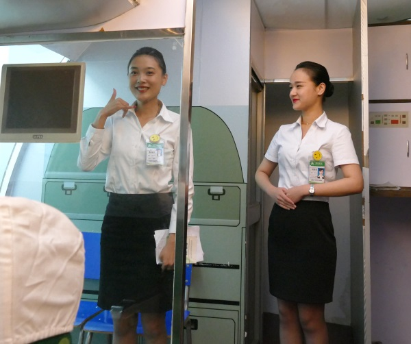 春秋航空の客室訓練生のぎこちない部分も微笑ましい