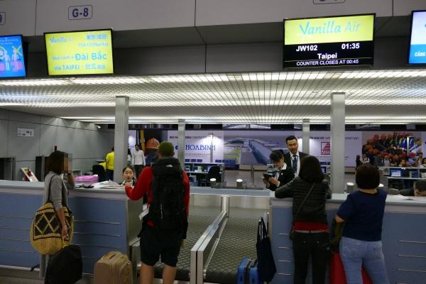 タンソンニャット国際空港のバニラエアのチェックインカウンター