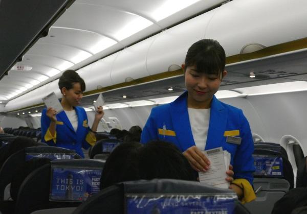 台湾の入国書類を配布(スルーチェックインで成田へ乗り継ぐ人は不要)