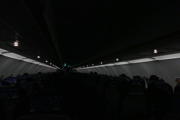 一通りの機内販売が終わると消灯・お休みタイムに