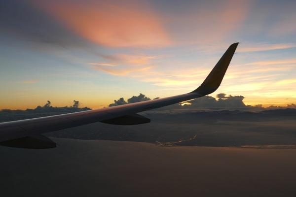 台湾上空で夜が明ける