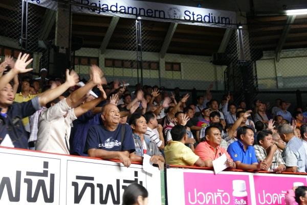 試合が佳境に入り観客も興奮