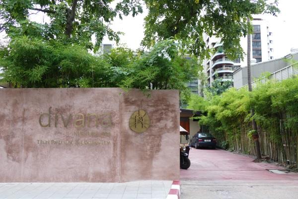バンコク市内にある「ディバナ ナーチャースパ」の入口