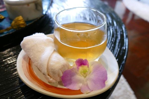 冷たいお茶とアロマの香りのおしぼりのサービス