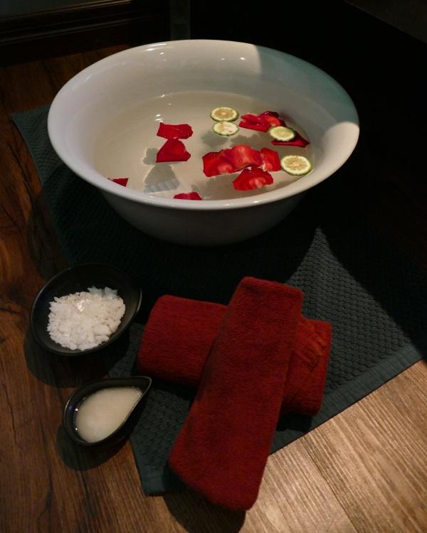 天然塩とミルクを入れた足湯でポカポカに