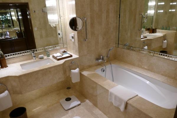 アナンタラ・サイアム・バンコク・ホテルの「プレミア・ルーム」のバスルーム