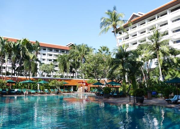 アナンタラ・バンコク・リバーサイド・リゾート&スパのプールと建物