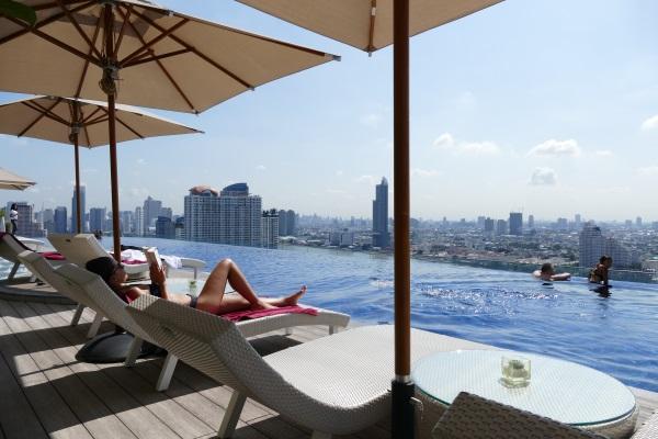 アヴァニ・リバーサイド・バンコク・ホテルの26階にあるインフィニティプール