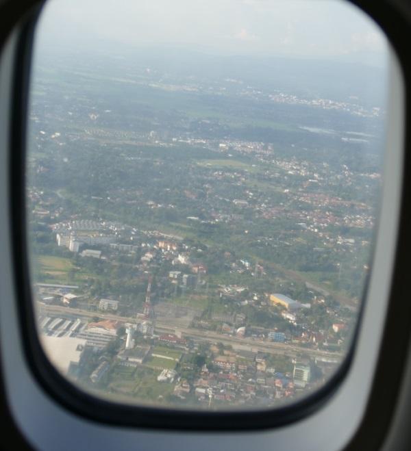 午後5時 ホアヒン行きカンエアー(K8)8427便がチェンマイ国際空港を離陸