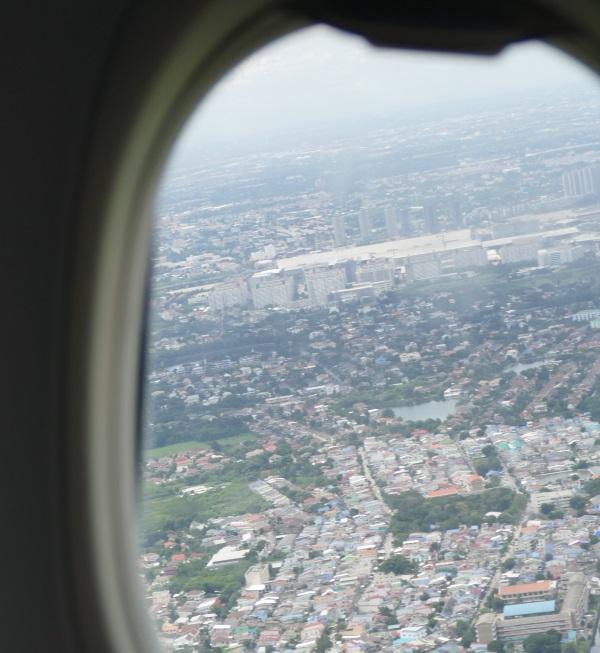 午後0時50分すぎ DD8312便がドンムアン空港を離陸