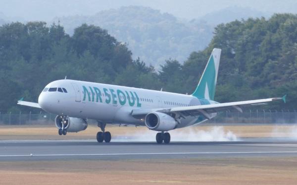 広島空港に着陸するLCCエアソウルの飛行機