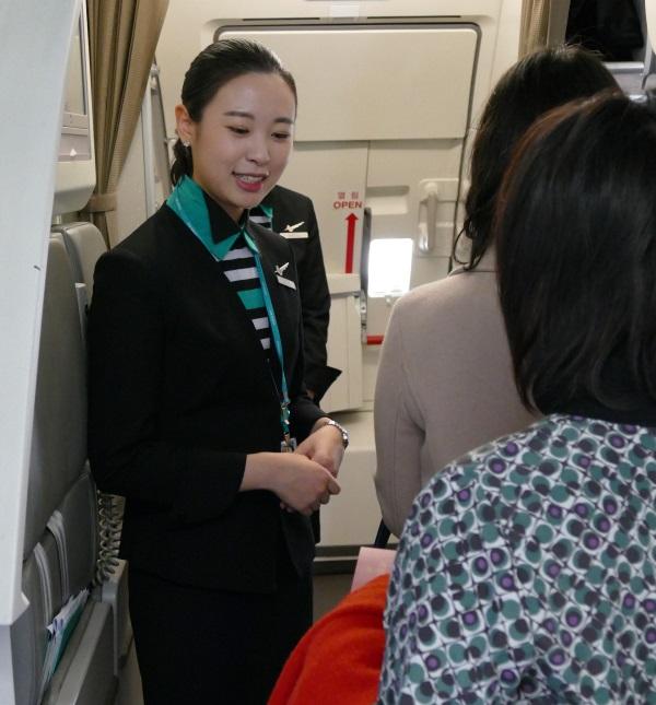 笑顔で出迎えるエアソウルの客室乗務員