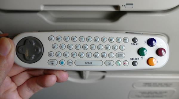 リモコンの背面はゲーム用のコントローラーとキーボード