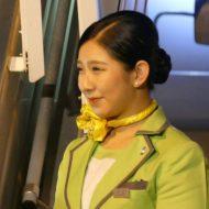 笑顔で乗客を迎え入れる春秋航空日本の客室乗務員