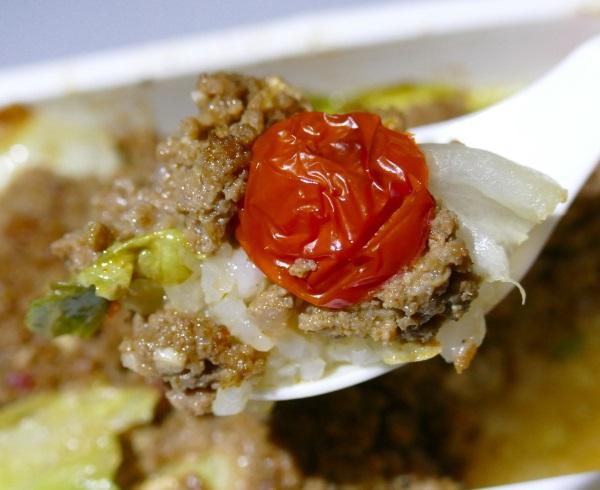 ピーチの機内食の沖縄風タコライスはドライミニトマト・ひき肉・レタス・チーズがうまくマッチ