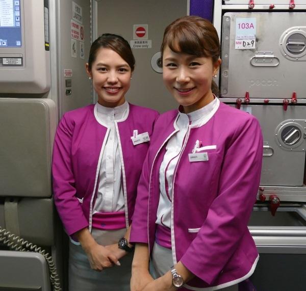 笑顔でお見送りするMM1079便初便の客室乗務員