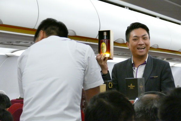 機内販売で高級酒を売りまくる香港エクスプレスの男性CA